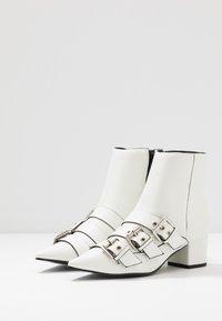 Miss Selfridge - TRIPLE BUCKLE LOW BLOCK BOOT - Botines - white - 4