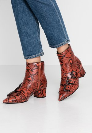 TRIPLE BUCKLE LOW BLOCK BOOT - Støvletter - red