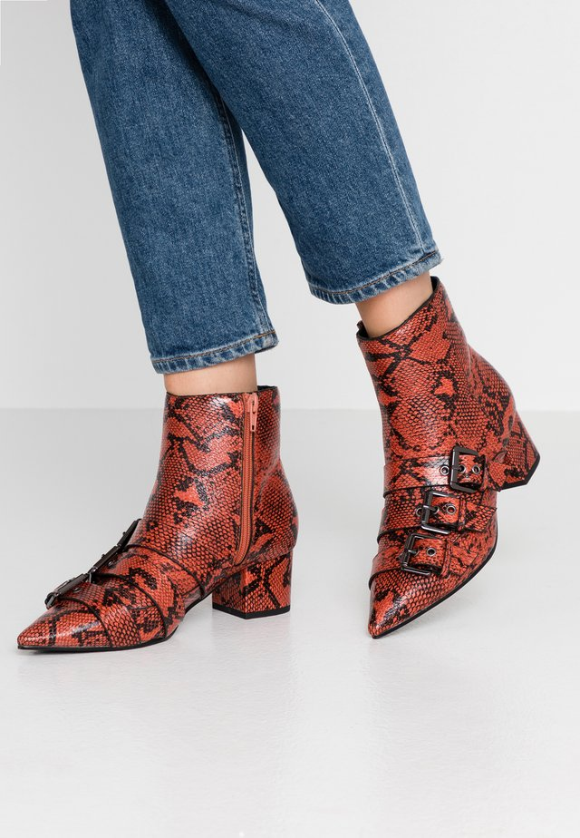 TRIPLE BUCKLE LOW BLOCK BOOT - Classic ankle boots - red