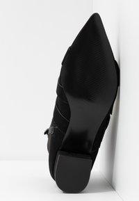 Miss Selfridge - TRIPLE BUCKLE LOW BLOCK BOOT - Kotníkové boty - black - 6