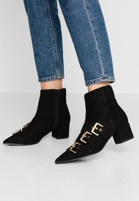 Miss Selfridge - TRIPLE BUCKLE LOW BLOCK BOOT - Kotníkové boty - black - 0