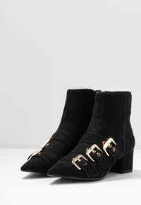 Miss Selfridge - TRIPLE BUCKLE LOW BLOCK BOOT - Kotníkové boty - black - 4