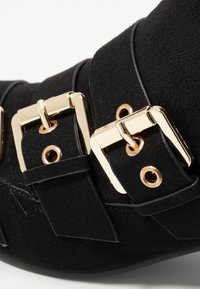 Miss Selfridge - TRIPLE BUCKLE LOW BLOCK BOOT - Kotníkové boty - black - 2