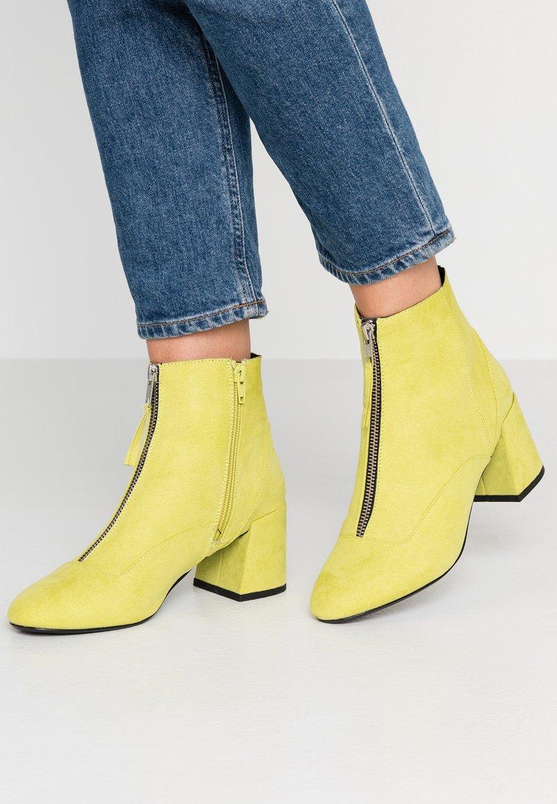 Miss Selfridge - ZIP FRONT BLOCK HEEL - Ankle Boot - lime