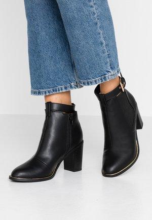BRIANA BLOCK HEEL BUCKLE CHELSEA - Ankle boot - black