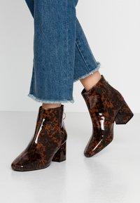 Miss Selfridge - BRIXTON - Kotníková obuv - brown - 0