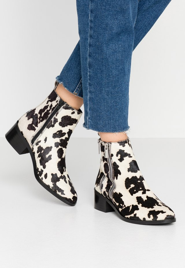BLESSING LE DOUBLE ZIP FLAT BOOT - Classic ankle boots - white