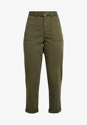 BELTED CARGO TROUSER - Pantaloni - khaki