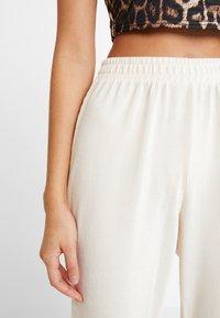 Miss Selfridge - Teplákové kalhoty - nude - 4