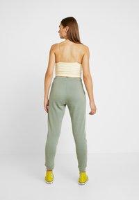 Miss Selfridge - JOGGER - Teplákové kalhoty - khaki - 2