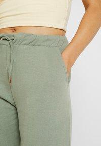 Miss Selfridge - JOGGER - Teplákové kalhoty - khaki - 4