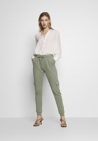 Miss Selfridge - CARGO - Tracksuit bottoms - khaki - 1