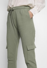 Miss Selfridge - CARGO - Tracksuit bottoms - khaki - 4