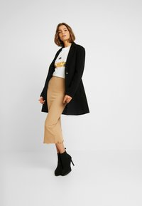 Miss Selfridge - RIBBED LETTUCE EDGE SKIRT - Kokerrok - camel - 1