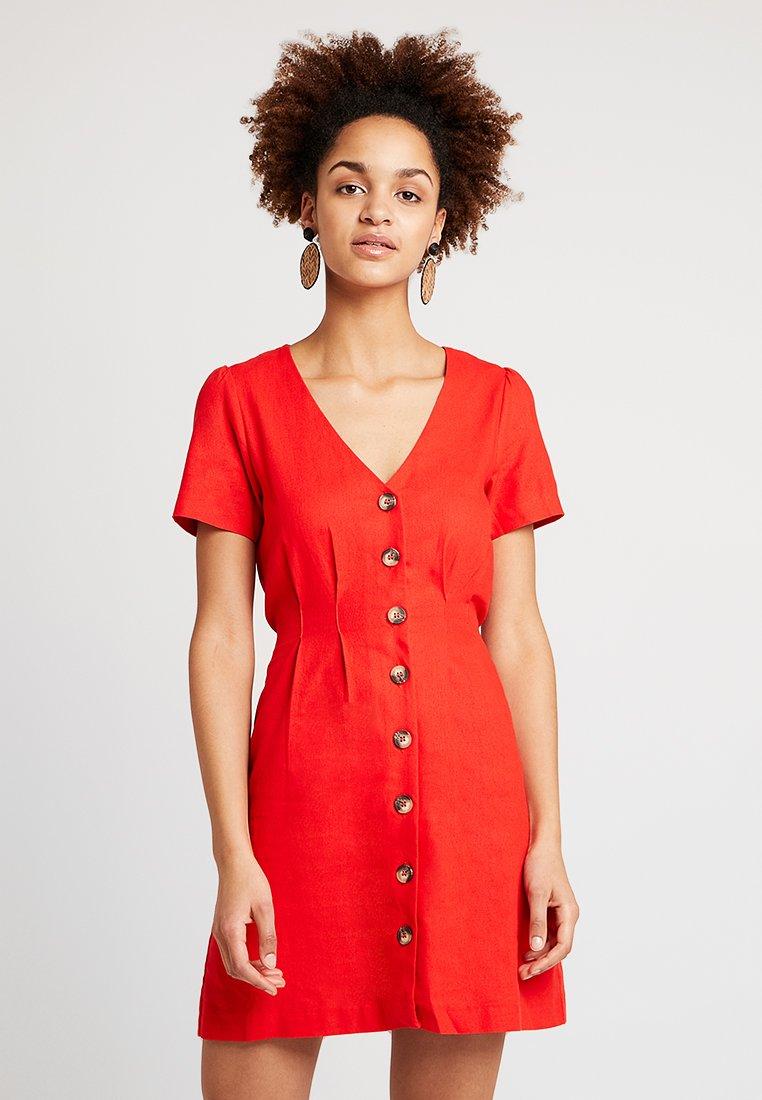 Miss Selfridge - PLAIN PINTUCK BUTTON THROUGH DRESS - Vestido camisero - red
