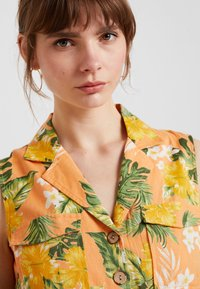 Miss Selfridge - TROPICAL PRINT UTILITY DRESS - Robe chemise - coral - 3