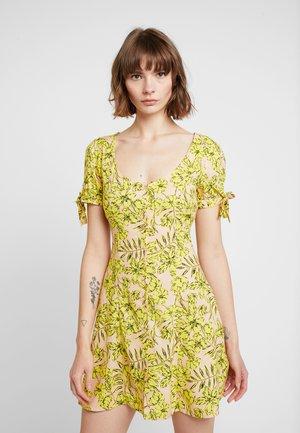 TROPICAL PRINT BUTTON THROUGH TIE SLEEVE TEA DRESS - Denní šaty - yellow