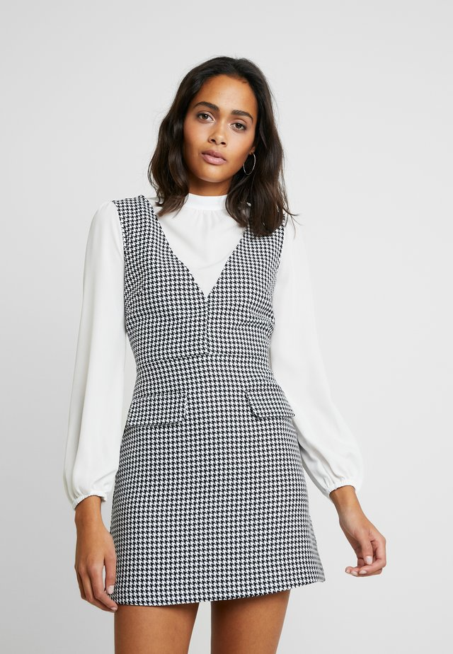 2 IN 1 DOGTOOTH PINNY - Day dress - black