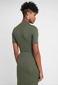 Miss Selfridge - HIGH NECK - T-Shirt print - khaki - 2