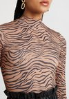 Miss Selfridge - ZEBRA PRINT FUNNEL - Langarmshirt - tan