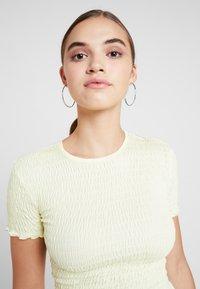 Miss Selfridge - SHIRRED - T-shirt med print - lemon - 4