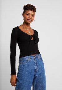 Miss Selfridge - TIE FRONT LETTUCE - Bluzka z długim rękawem - black - 0