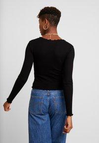 Miss Selfridge - TIE FRONT LETTUCE - Bluzka z długim rękawem - black - 2
