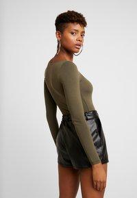 Miss Selfridge - SQUARE NECK BODY - Maglietta a manica lunga - khaki - 2