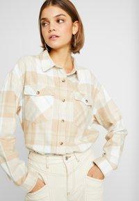 Miss Selfridge - OVERSIZED BOXY CHECK - Skjorta - beige - 3