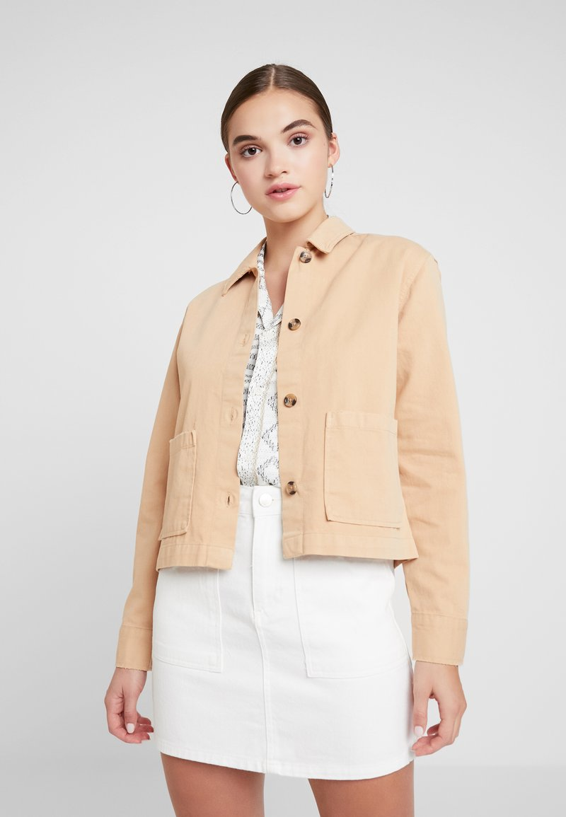 Miss Selfridge - SHACKET - Jeansjacke - beige
