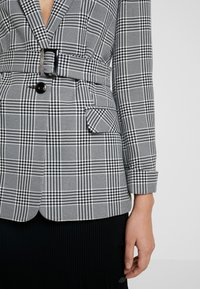 Miss Selfridge - MONO CHECK BELT - Cappotto corto - mono - 5