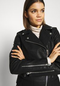 Miss Selfridge - FRANKIE BIKER - Chaqueta de cuero sintético - black - 4