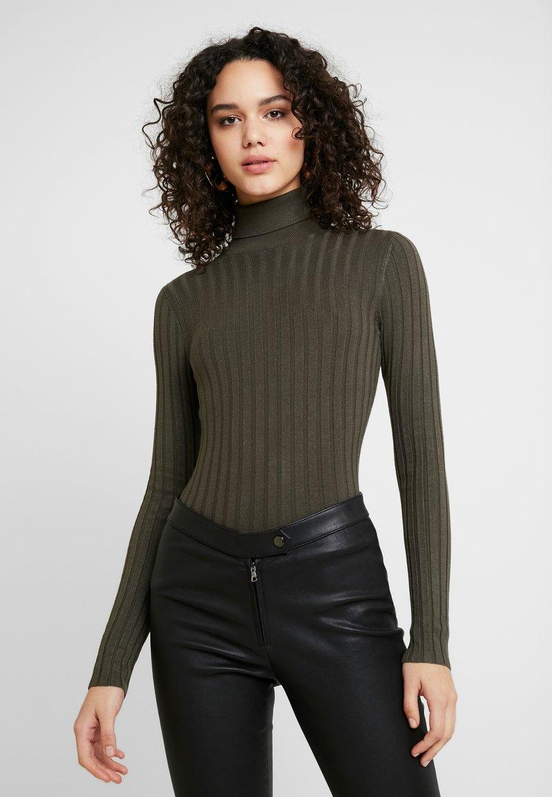Miss Selfridge - ROLL NECK REPEAT - Stickad tröja - khaki