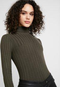 Miss Selfridge - ROLL NECK REPEAT - Stickad tröja - khaki - 4