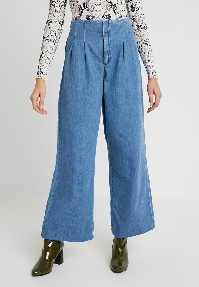 PLEAT FRONT WIDE LEG - Flared Jeans - blue