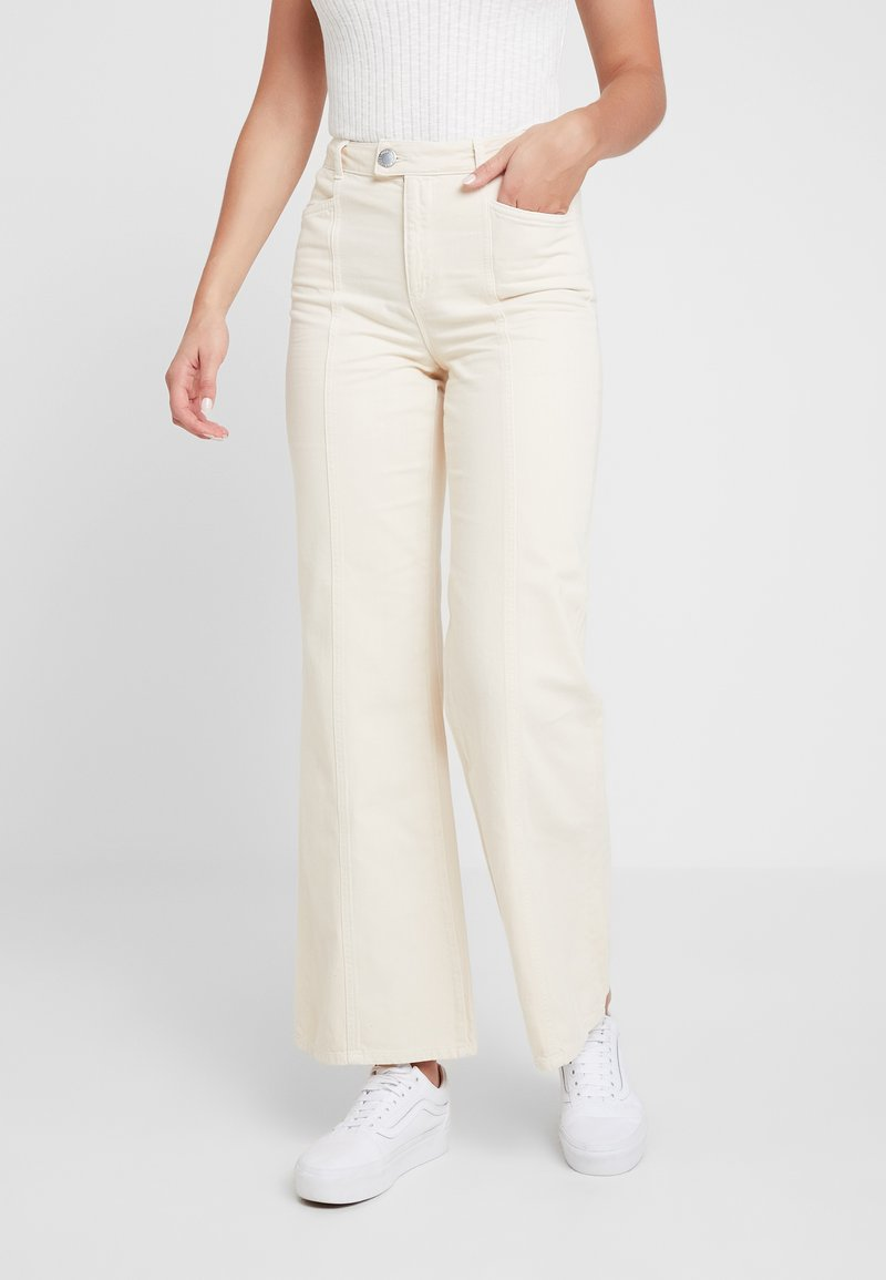 Miss Selfridge - FRONT SEAM - Jeansy Dzwony - white