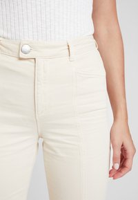 Miss Selfridge - FRONT SEAM - Jeansy Dzwony - white - 3