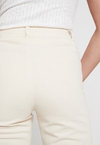 Miss Selfridge - FRONT SEAM - Jeansy Dzwony - white - 5