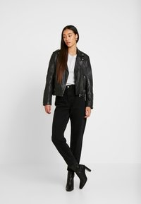 Miss Selfridge - ARLOW MOM - Jeans relaxed fit - black - 1