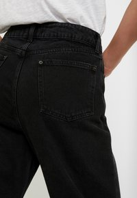 Miss Selfridge - ARLOW MOM - Jeans relaxed fit - black - 3
