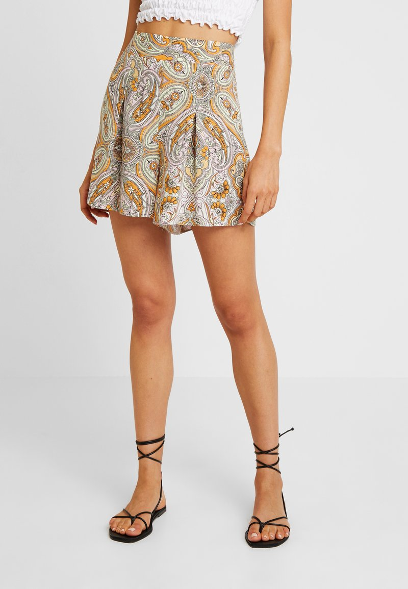 Miss Selfridge - POOLSIDE PAISLEY - Shorts - orange