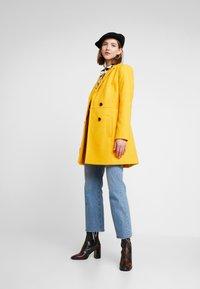 Miss Selfridge - GEORGIA PEA - Mantel - mustard exclusive - 1