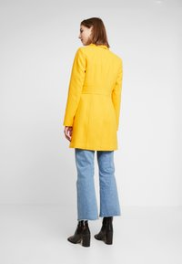 Miss Selfridge - GEORGIA PEA - Mantel - mustard exclusive - 2