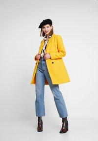 Miss Selfridge - GEORGIA PEA - Mantel - mustard exclusive - 3