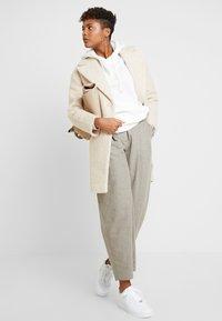 Miss Selfridge - BOUCLE BUTTON OVERCOAT - Manteau classique - cream - 1