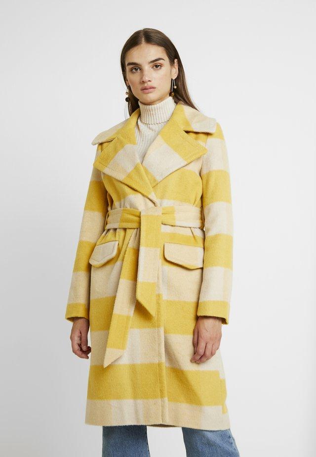 BOLD CHECK BELTED ROBE COAT - Classic coat - ochre/cream