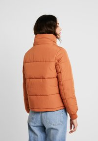 Miss Selfridge - SPORTS O RING PULL PUFFER REMOVABLE HOOD - Lehká bunda - rust - 3