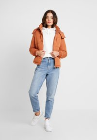 Miss Selfridge - SPORTS O RING PULL PUFFER REMOVABLE HOOD - Lehká bunda - rust - 1