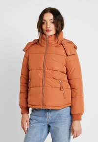 Miss Selfridge - SPORTS O RING PULL PUFFER REMOVABLE HOOD - Lehká bunda - rust - 0