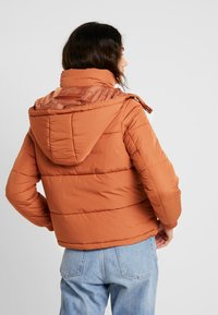 Miss Selfridge - SPORTS O RING PULL PUFFER REMOVABLE HOOD - Lehká bunda - rust - 2